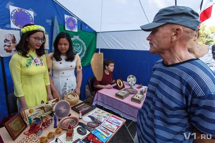 Sinh viên Việt Nam giới thiệu văn hóa dân tộc nhân kỷ niệm  428 năm Thành phố Volgograd - ảnh 1