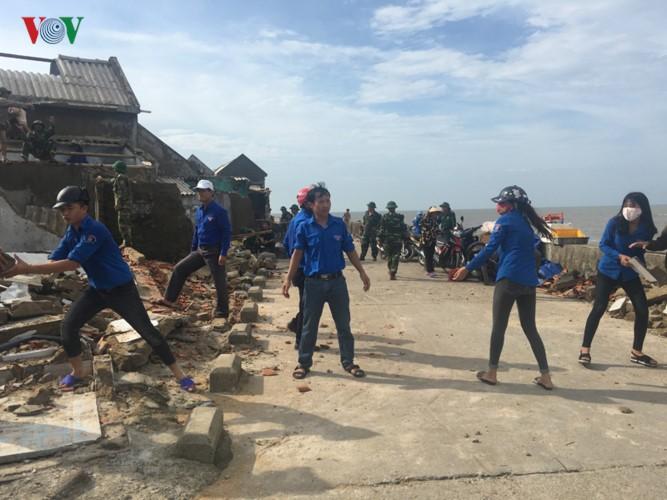 Các địa phương huy động nhiều lực lượng giúp dân khắc phục hậu quả bão số 10 - ảnh 2