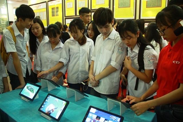 """Tỉnh Tuyên Quang tổ chức triển lãm bản đồ, trưng bày tư liệu """" Hoàng Sa, Trường Sa của Việt Nam - ảnh 1"""