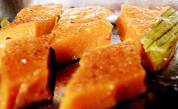 Ăn bánh bìa đêm phố cổ Đồng Văn - ảnh 1