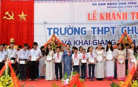 Phó Chủ tịch nước Nguyễn Thị Doan dự khai giảng Trường THPT chuyên Biên Hòa, tỉnh Hà Nam - ảnh 1