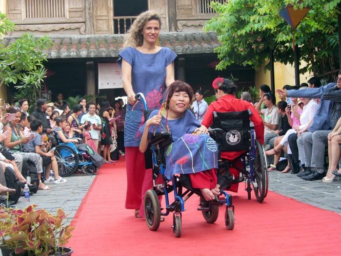 """Phụ nữ khuyết tật trình diễn thời trang:""""Tôi đẹp. Bạn cũng thế!"""""""