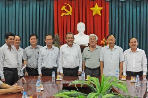 Phó Thủ tướng Trương Hòa Bình trao quà tặng Quỹ khuyến học các huyện nghèo tỉnh Long An - ảnh 1