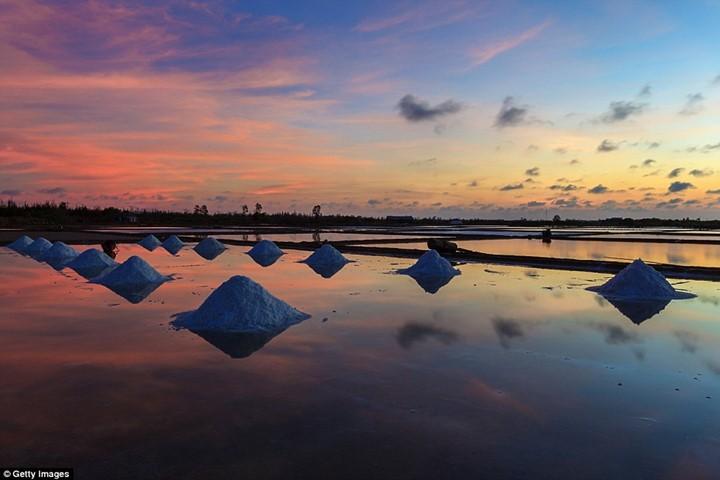 Cánh đồng muối Việt Nam lọt vào Top điểm đến ngắm hoàng hôn đẹp nhất - ảnh 1