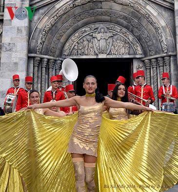Đông vui và rực rỡ sắc màu như lễ hội đường phố ở Bà Nà Hills - ảnh 12