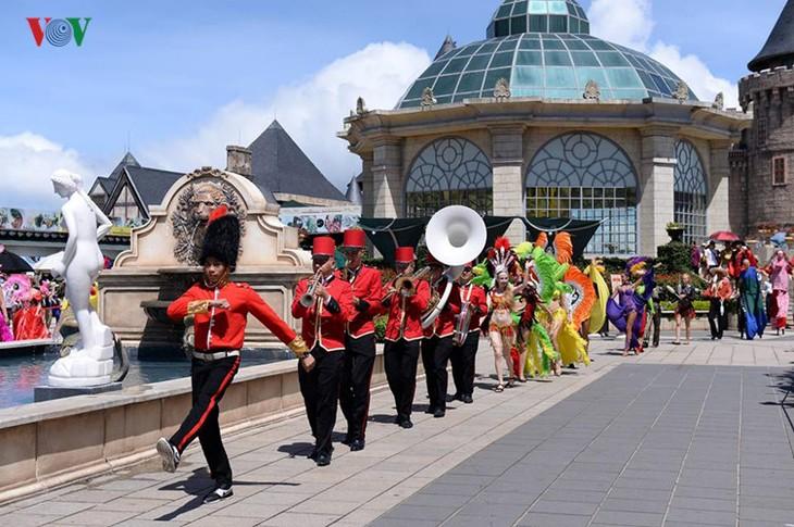 Đông vui và rực rỡ sắc màu như lễ hội đường phố ở Bà Nà Hills - ảnh 2