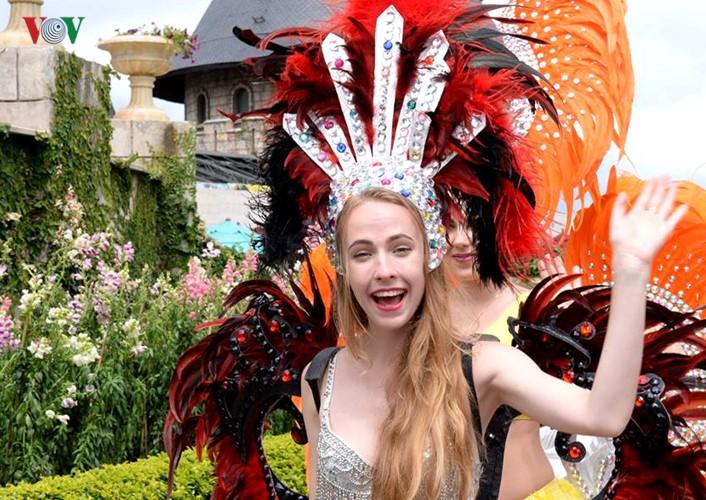 Đông vui và rực rỡ sắc màu như lễ hội đường phố ở Bà Nà Hills - ảnh 6