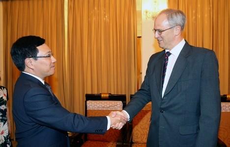 Phó Thủ tướng, Bộ trưởng Ngoại giao Phạm Bình Minh tiếp Đại sứ Campuchia và Đại sứ CHLB Bức - ảnh 2