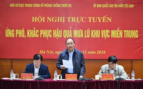 Thủ tướng Nguyễn Xuân Phúc chỉ đạo sử dụng mọi nguồn lực để chống lũ, hỗ trợ người dân - ảnh 1