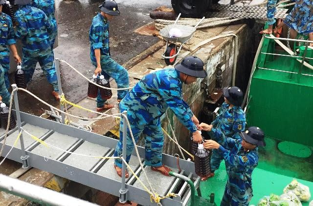 500 tấn hàng hóa phục vụ Tết Nguyên đán Đinh Dậu cho huyện đảo Trường Sa - ảnh 1