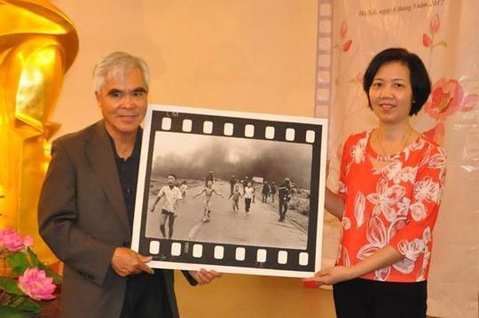 """Nhiếp ảnh gia Nick Ut trao tặng bức ảnh """"Em bé Napalm"""" cho Bảo tàng Phụ nữ Việt Nam - ảnh 1"""