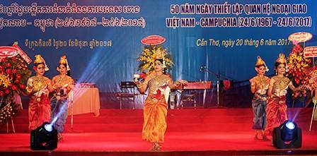 Kỷ niệm 50 năm quan hệ ngoại giao Việt Nam–Campuchia: Vun đắp truyền thống đoàn kết hữu nghị gắn bó - ảnh 1