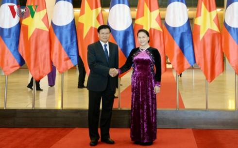 Chủ tịch Quốc hội Nguyễn Thị Kim Ngân tiếp Thủ tướng Lào Thongloun Sisoulith - ảnh 1
