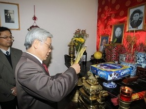 Party chief lays incense in honor of late Party leaders - ảnh 1