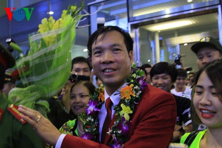 Vietnam team with historic gold medal welcomed home  - ảnh 1