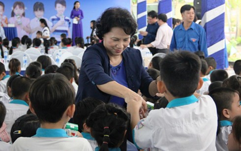 NA Chairwoman Nguyen Thi Kim Ngan supports kids in Can Tho - ảnh 1
