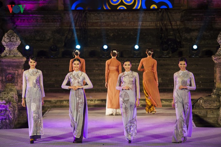 Hanoi Ao Dai Festival 2016 conveys traditional values  - ảnh 1