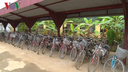 Poor students continue their education thanks to borrowed bicycles  - ảnh 1