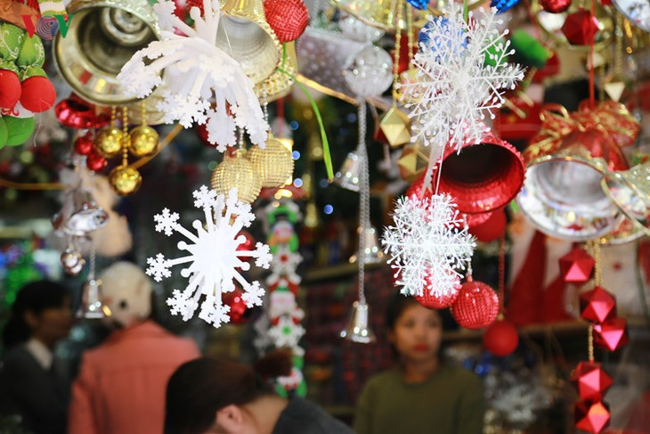 Hanoi streets lit up as merry Christmas comes - ảnh 1
