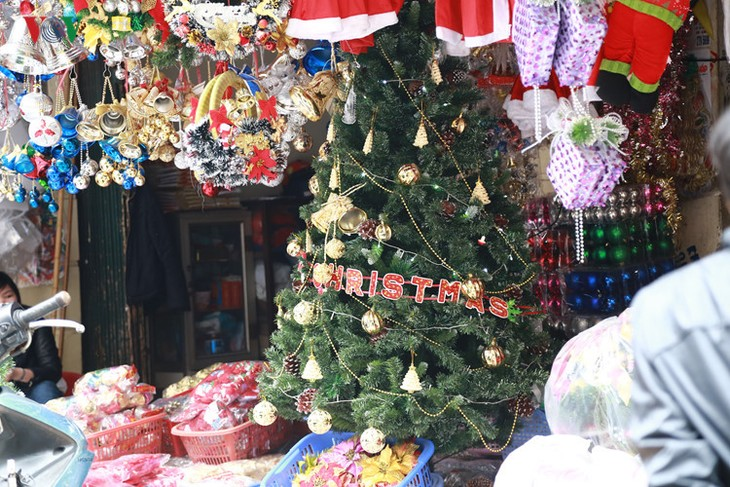 Hanoi streets lit up as merry Christmas comes - ảnh 3