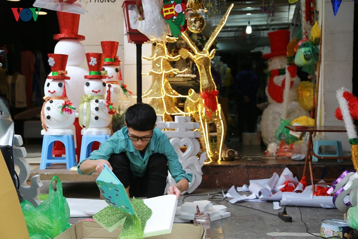 Hanoi streets lit up as merry Christmas comes - ảnh 4