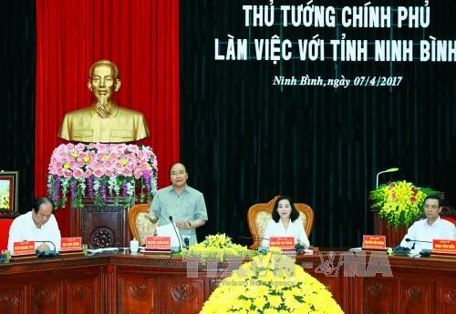 Prime Minister works with Ninh Binh, visits automobile assembly factory - ảnh 1