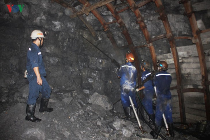 Workers' Month: A visit to miners - ảnh 3