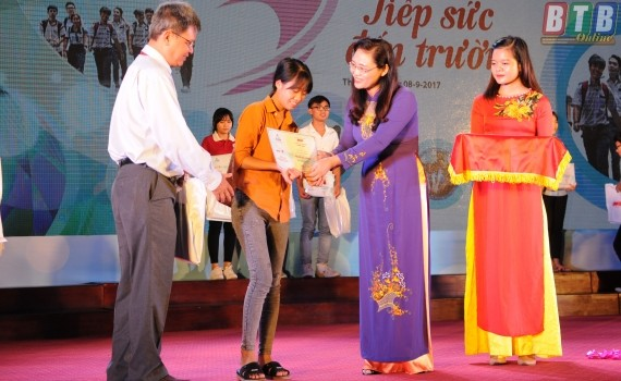 Scholarships awarded to poor students  - ảnh 1