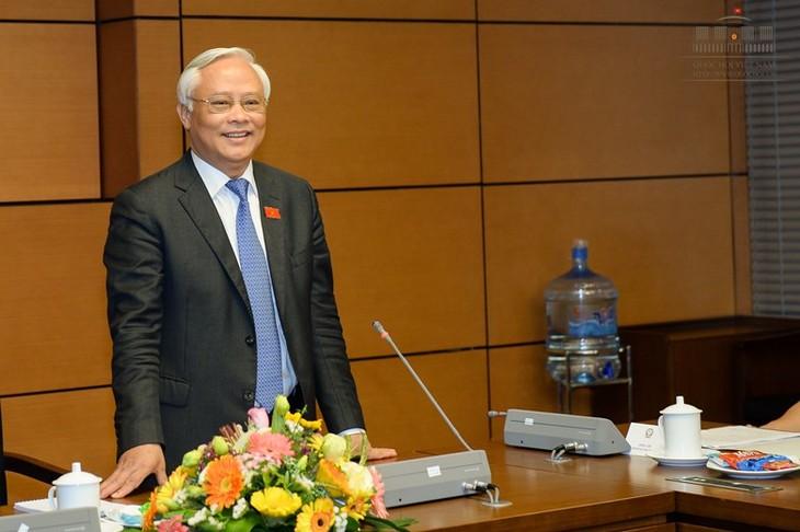 越南国会副主席汪朱刘会见平福省历届国会代表团 - ảnh 1
