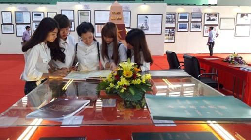 """""""黄沙长沙归属越南——历史和法理证据""""地图和资料展在和平省举行 - ảnh 1"""