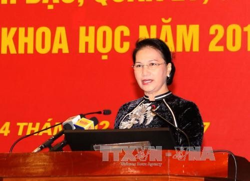 越南国会主席阮氏金银与胡志明国家政治学院教师交谈   - ảnh 1