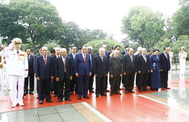 越南党和国家领导人入陵瞻仰胡志明主席遗容 - ảnh 1