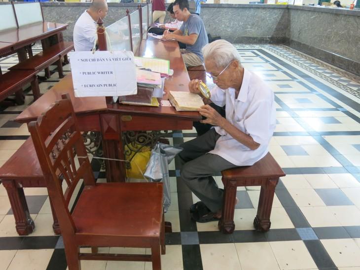 在西贡中心邮局坚守老行当的杨文悟老人 - ảnh 1