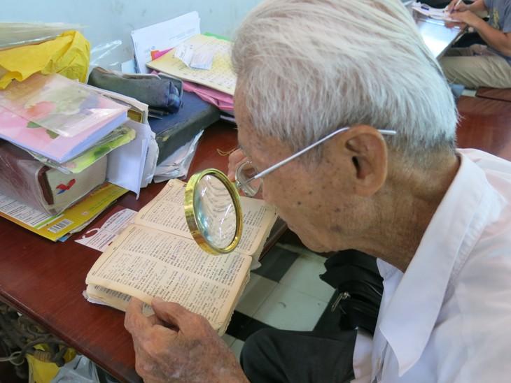 在西贡中心邮局坚守老行当的杨文悟老人 - ảnh 2
