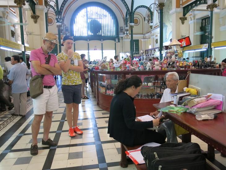 在西贡中心邮局坚守老行当的杨文悟老人 - ảnh 3