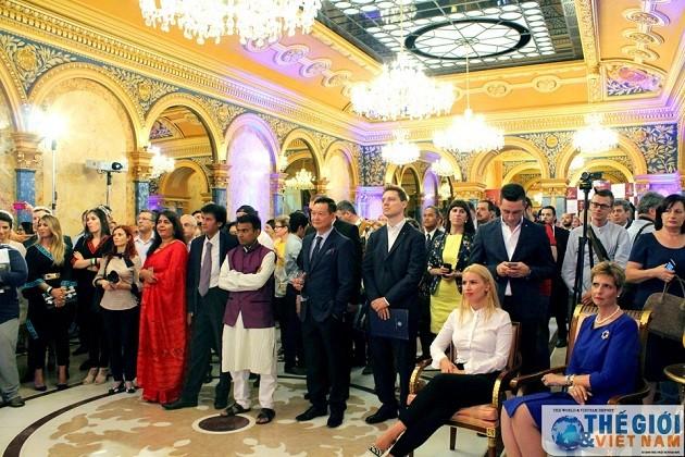 越南出席各国驻罗马尼亚大使馆和外交机构传统文化艺术节  - ảnh 1