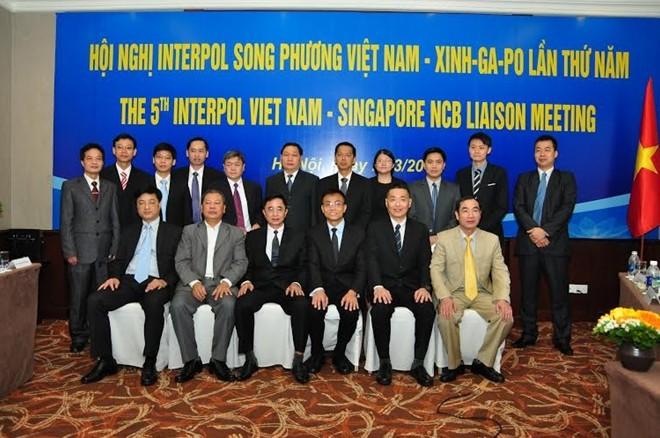 ผลักดันความร่วมมือต่อต้านอาชญากรรมข้ามชาติระหว่างอินเตอร์โปลเวียดนามกับสิงคโปร์  - ảnh 1