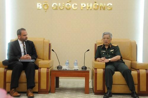 รัฐมนตรีช่วยกระทรวงกลาโหมเวียดนามให้การต้อนรับรองผู้ช่วยรัฐมนตรีกระทรวงกลาโหมสหรัฐ - ảnh 1