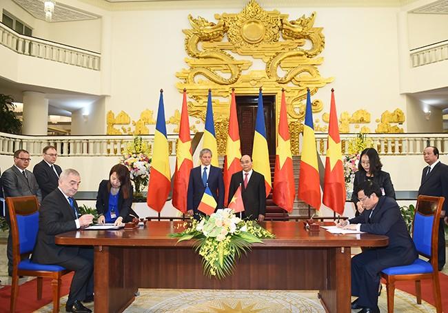นายกรัฐมนตรีโรมาเนียเสร็จสิ้นการเยือนเวียดนามอย่างเป็นทางการ  - ảnh 1
