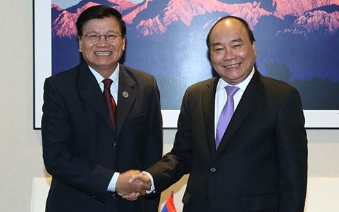 นายกรัฐมนตรีเวียดนาม เหงวียนซวนฟุก พบปะกับนายกรัฐมนตรีลาว      - ảnh 1