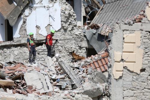 อิตาลีประกาศสถานการณ์ฉุกเฉินในพื้นที่ประสบเหตุแผ่นดินไหว - ảnh 1