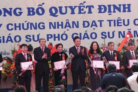 Reconocen nuevos profesores de Vietnam en 2013 - ảnh 1