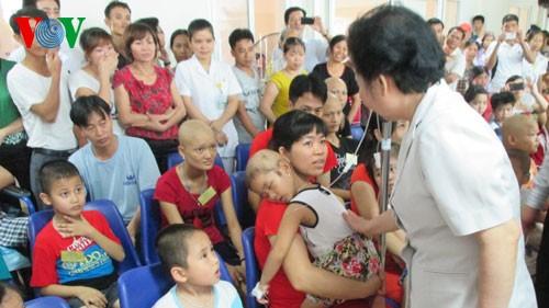 Dirigentes vietnamitas alientan a pacientes pequeños de cáncer  - ảnh 1