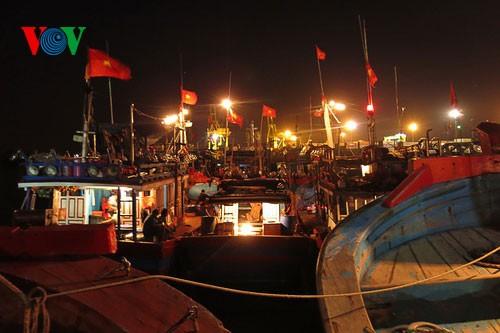 Pescadores vietnamitas mantienen trabajo con valentía en aguas violadas por China - ảnh 2
