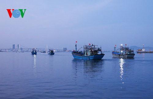 Pescadores vietnamitas mantienen trabajo con valentía en aguas violadas por China - ảnh 3