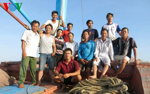 Pescadores vietnamitas mantienen trabajo con valentía en aguas violadas por China - ảnh 20