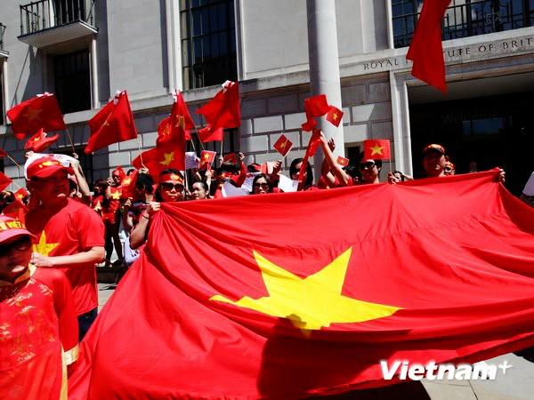 Comunidad de vietnamitas en ultramar aportan 100 mil dólares a la defensa nacional en Mar Oriental - ảnh 1