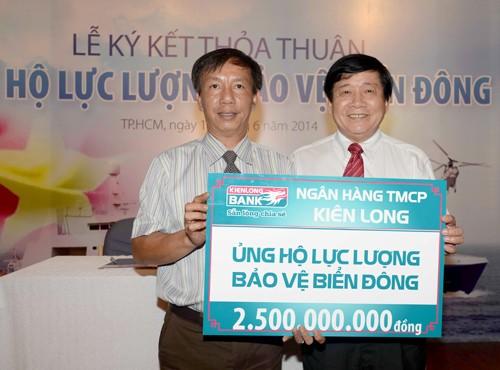 Más de 100 mil dólares para ayudar a soldados marítimos vietnamitas - ảnh 1