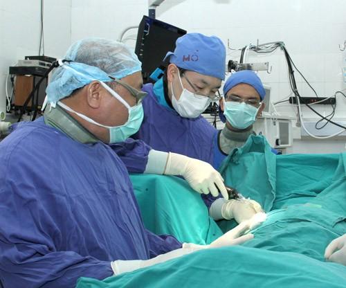 Médico abanderado en la operación de la columna vertebral  - ảnh 2