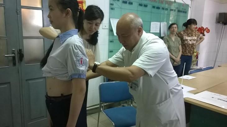 Médico abanderado en la operación de la columna vertebral  - ảnh 3